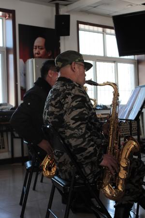 Mao and Sax player