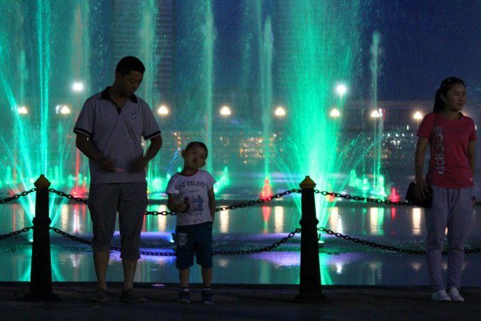 boy and dad at fountain