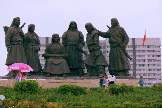 tourists under statue